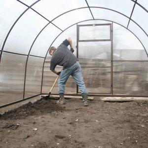 Чем обработать поликарбонатную теплицу весной